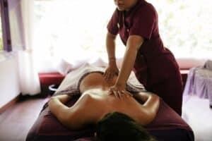 Massagem Tântrica: Uma massagem relaxante seguida de toques sensitivos