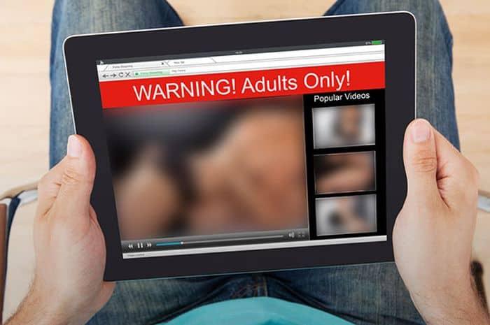 Assistir a filmes pornô ajuda a transar